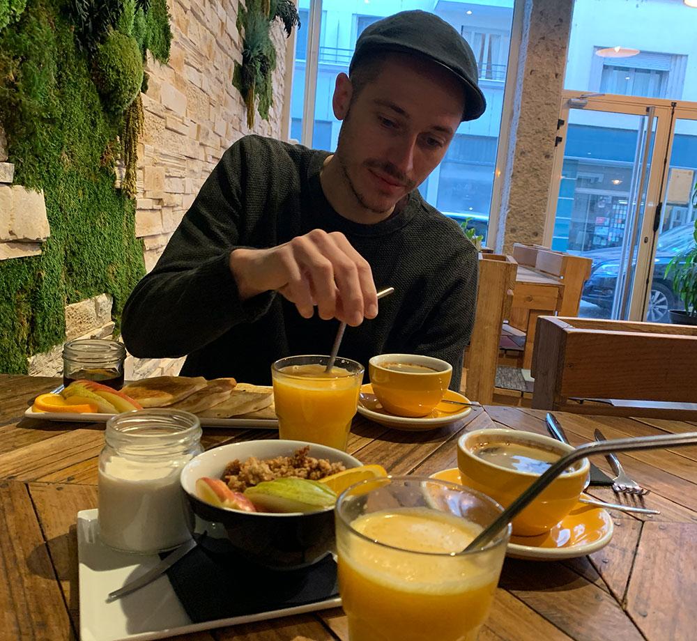 Frukost på ekologiskt café i Lyón